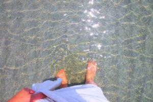足首まで水につかった女性